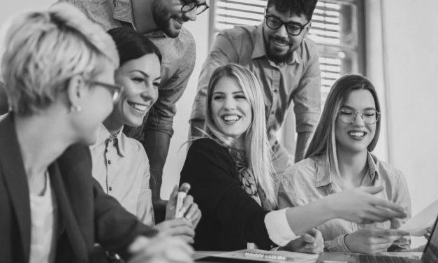 Como uma nova empresa deve se posicionar em um mercado maduro e consolidado?